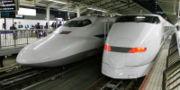 并列于月台旁的新干线300系与700系车头